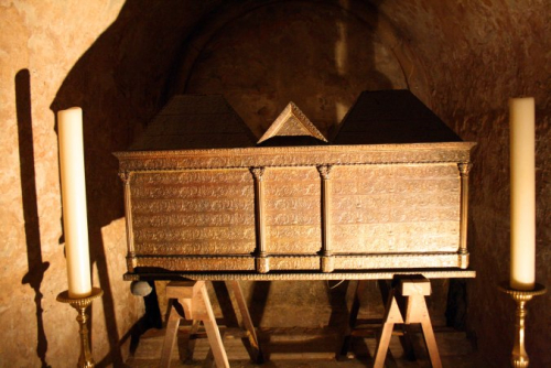 Relics-of-st-james-in-crypt-of-basilica-saint-sernin